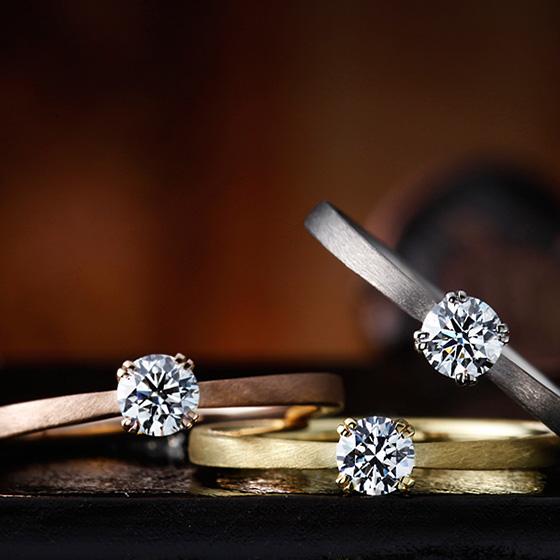 シンプルなストレートタイプの婚約指輪。マットの質感がクールにさりげない印象に仕上げてくれる。