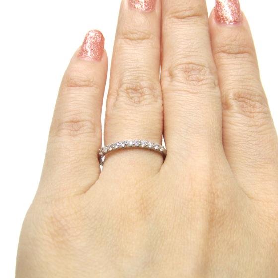 >LUCIR-Kオリジナルのエタニティリングは、50年保証付き。ダイヤモンドの品質と、爪留めの美しさにこだわりを持ったリングです。