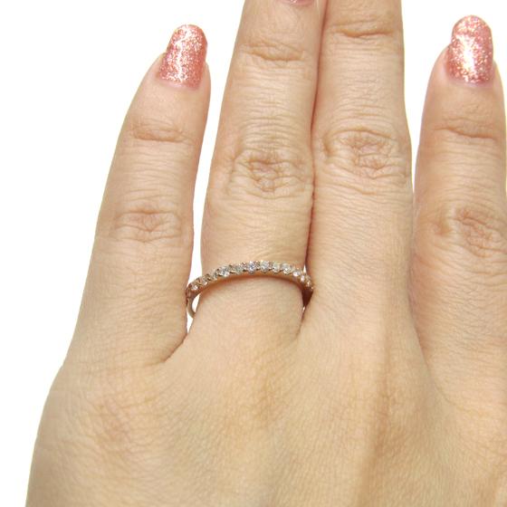 肌馴染みのよいピンクゴールドは、ダイヤモンドの輝きを引き立たせ存在感を出すリングです。重ね付けにもおすすめです。
