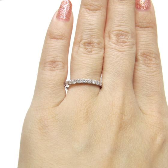 ダイヤモンドが際立つ爪留めタイプのハーフエタニティリング。