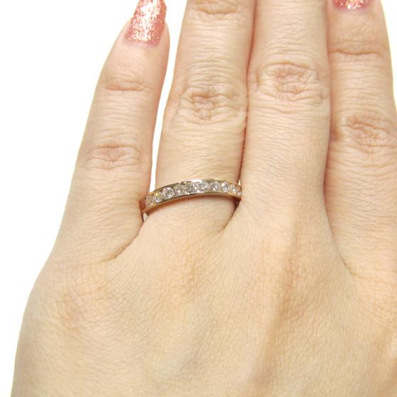レール留め(チャネルセッティング)はダイヤモンドにたくさん光が入るのでキラキラ感と迫力があります。