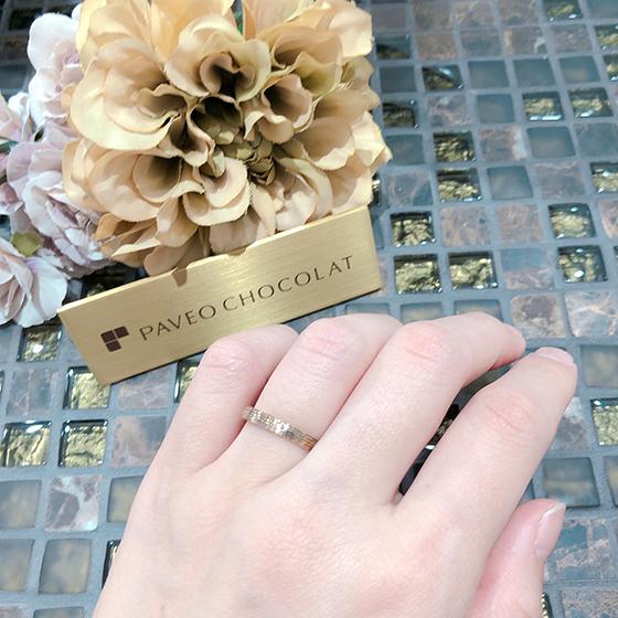 立体的な表面デザインが指に馴染む結婚指輪です。