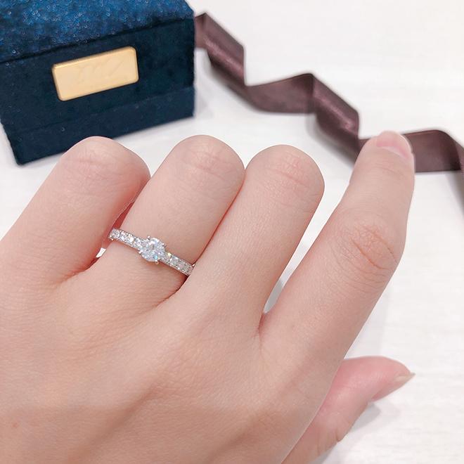 4本爪ソリティアが大人っぽく高級感を与えてくれます。存在感のある婚約指輪。