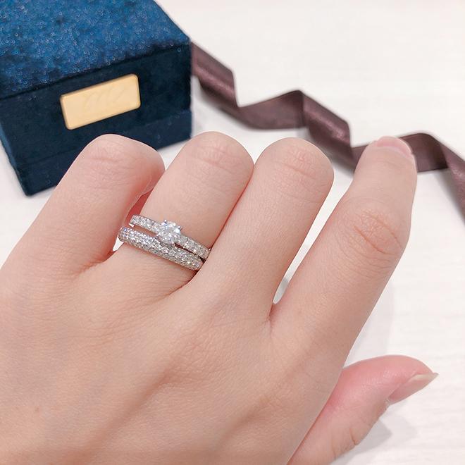 婚約指輪も結婚指輪も共にこれ以上ないゴージャスなセットリング。それぞれのダイヤモンドの大きさやセッティングが違い、輝きを楽しめます。
