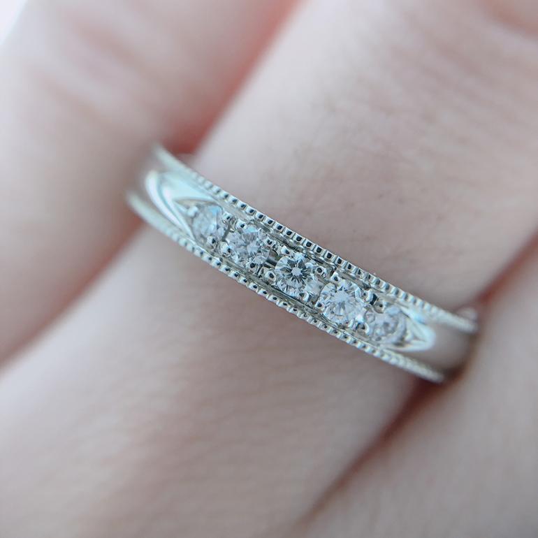 大粒のダイヤモンド5石にミル打ち加工。ゴージャスお洒落な結婚指輪です。