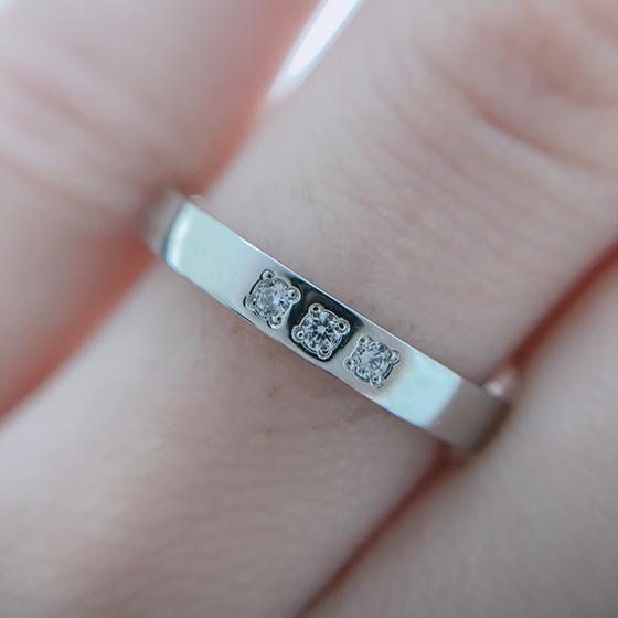 3石並んだメレダイヤが美しいマリッジリング♡シンプルで飽きの来ないデザイン。