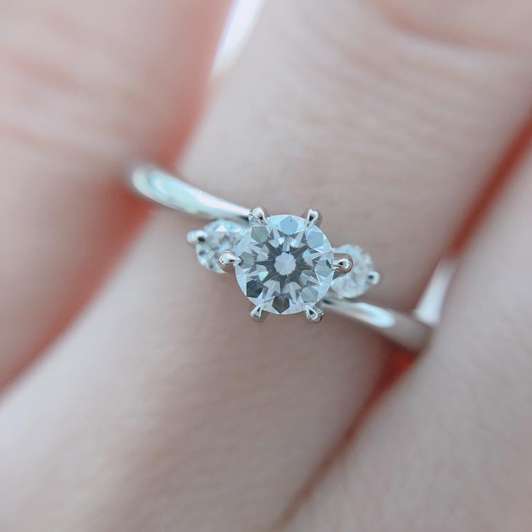 指全体を華奢に見せてくれるエンゲージリング。メレまでも輝きが美しいデザイン♪
