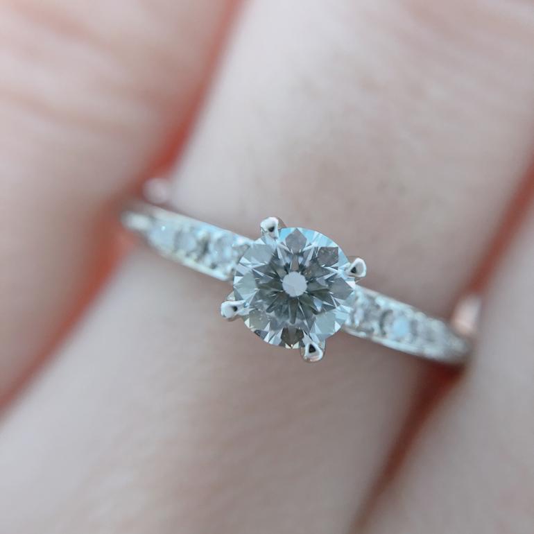 アーム部分に敷き詰められたダイヤと、大粒のセンターダイヤがゴージャスな印象のエンゲージリング。