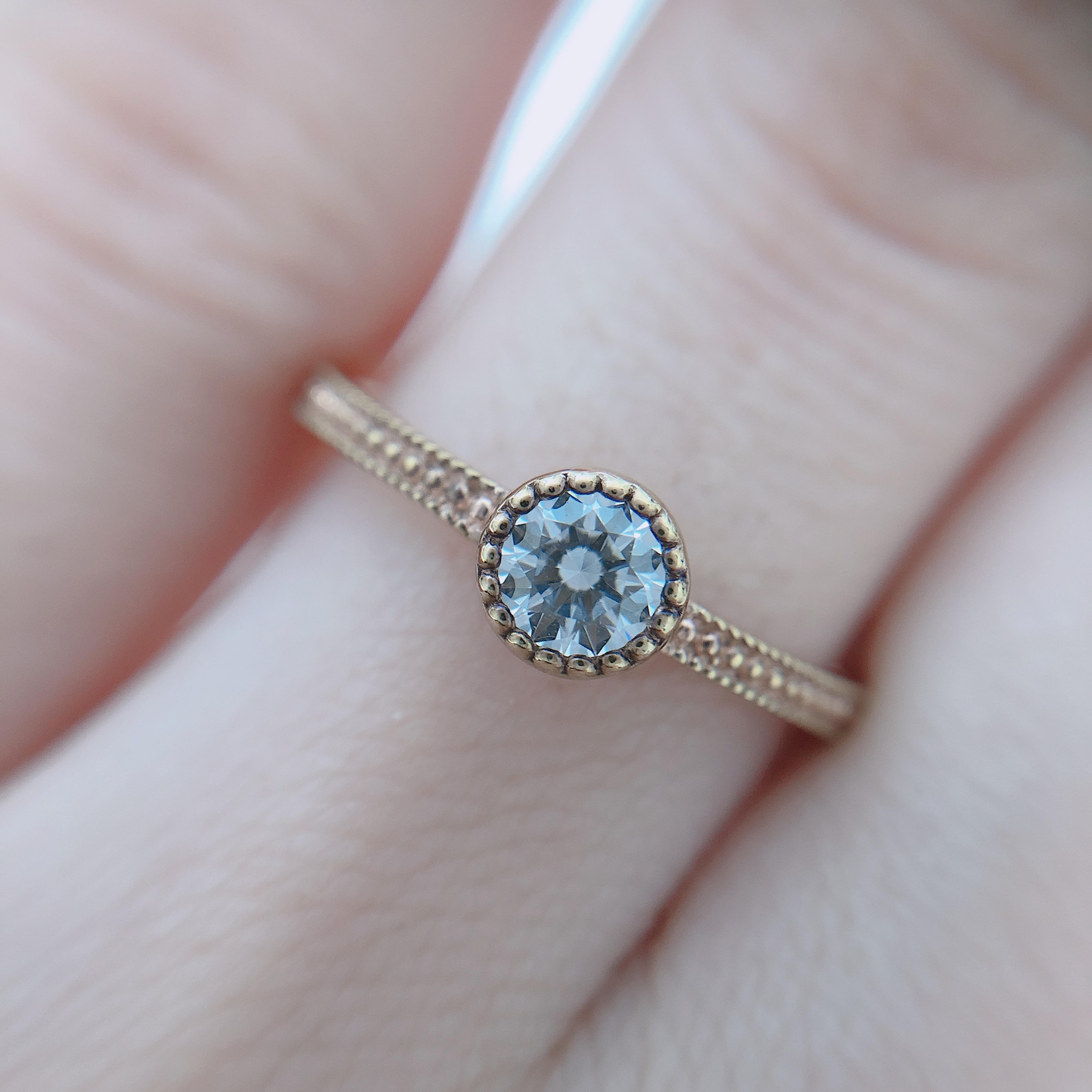 ミル打ちに囲まれたダイヤモンドがきらめきます!