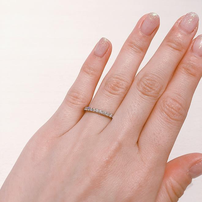 永遠を意味するエタニティリングは、リングの半周にとぎれなく同カット、同サイズのダイヤモンドを留めたデザイン。その華やかさは、女性の指を美しく演出します。