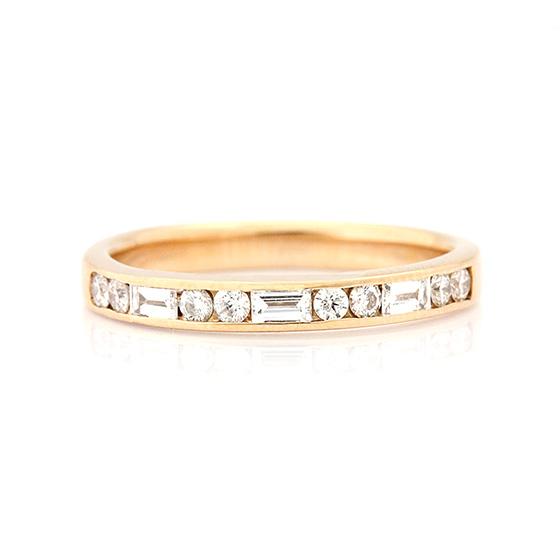 ラウンド(丸)とバゲット(長方形)のダイヤモンドのコンビネーションハーフエタニティリング。