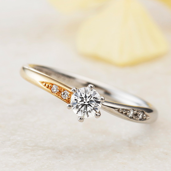 アシンメトリーに仕上げたエンゲージリング。さりげない装飾が大人な女性を思わせる婚約指輪。
