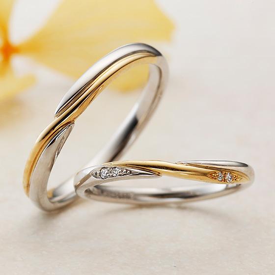 ゴールドとプラチナの2色使いの結婚指輪。クロスに仕上げたマリッジリングはシャープで大人な印象に。