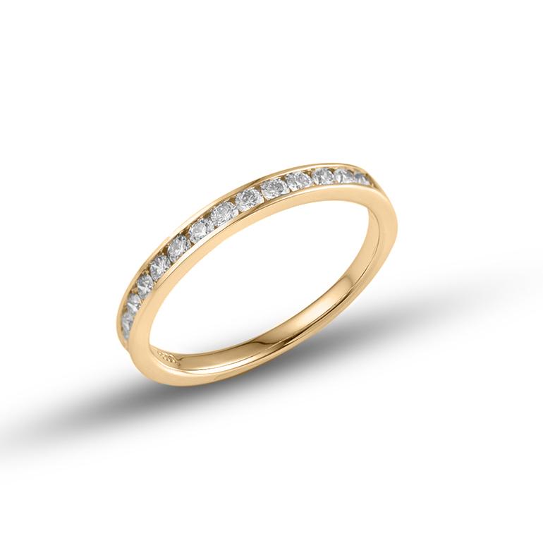 リングの半周にとぎれなく同カット、同サイズのダイヤモンドを留めた華やかなデザインは、女性の指を美しく演出します。
