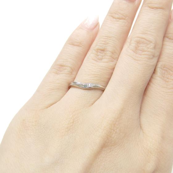 >細身で指を華奢に演出してくれるマリッジリング。神秘的な輝きのブルーダイヤが印象的♡