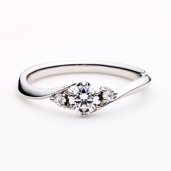 >サイドメレが中央のダイヤモンドに寄り添い、より大きなダイヤモンドの印象を強くするデザインです。
