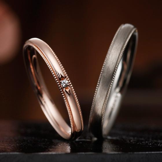 men'sは艶消し加工でシックな大人な印象に。lady'sはシンプルに1粒のダイヤモンドを留めたデザイン。