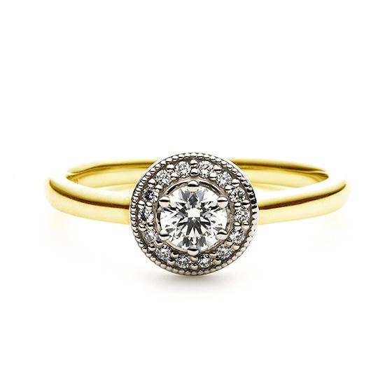 メインのダイヤモンドを取り囲むダイヤモンドセッティング。アームのゴールド色がより一層華やかな印象を作り出す。