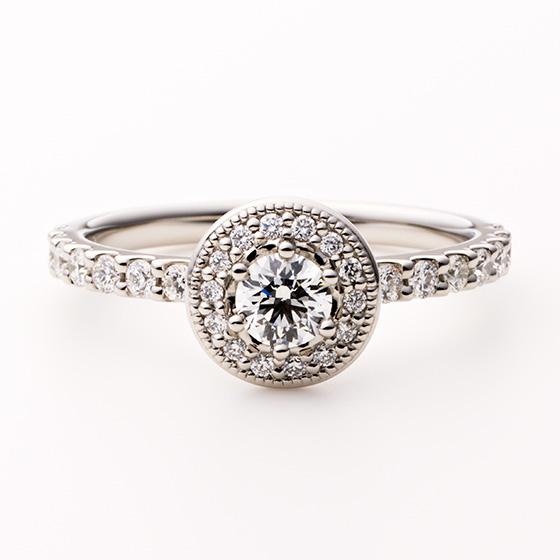 メインのダイヤモンドを取り囲み、リングいっぱいにセッティングされたダイヤモンドの輝きは格別。