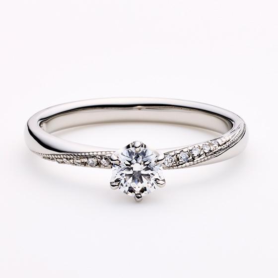 ダイヤモンドを取り囲んだミル打ち加工がとても美しく、小さなダイヤモンドが上品さをきわだたせている。