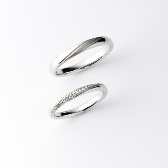 >ストレートのマリッジリングに斜めにデザインを施したLUKAS。繊細なミル打ちと、細かなダイヤモンドが上品な印象に。