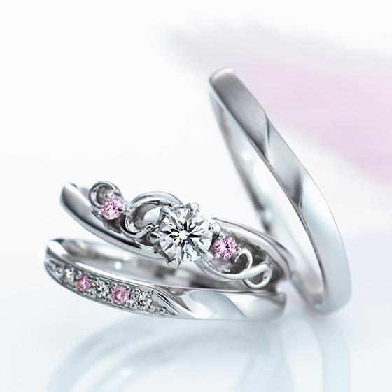 異なるテイストのリングを2本重ねることで、甘くなりすぎない大人の女性の印象に。