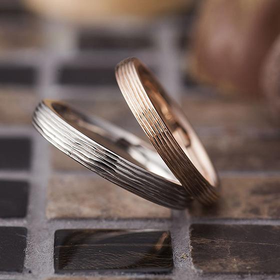 永遠の証でもある蔦の模様をイメージしたマリッジリング。シンプルなデザインに二人だけのオリジナリティを加えて。