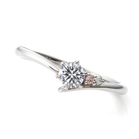 中央のダイヤモンドに小さくあしらったピンクダイヤモンド。細く伸びたアームはお指を一層長く、きれいにみせる効果があります。