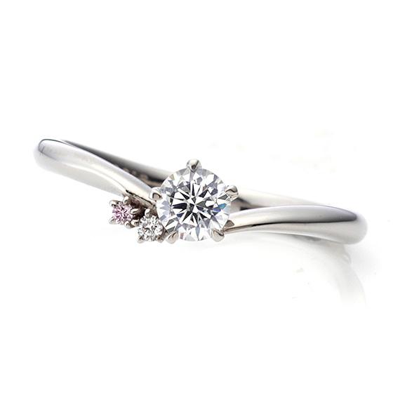 中心のダイヤモンドによりそう、かわいらしいピンク色のダイヤモンド。緩やかなカーブラインが手元をきれいにみせ、いつまでも輝きの変わらないピンク色のダイヤモンドが女性らしさを演出してくれます。