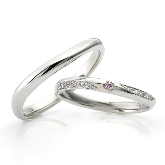 中央に大きく留めたピンクダイヤモンド。どの角度からもダイヤモンドの輝きを楽しめるように、サイドからもグラデーションになったダイヤモンドが。