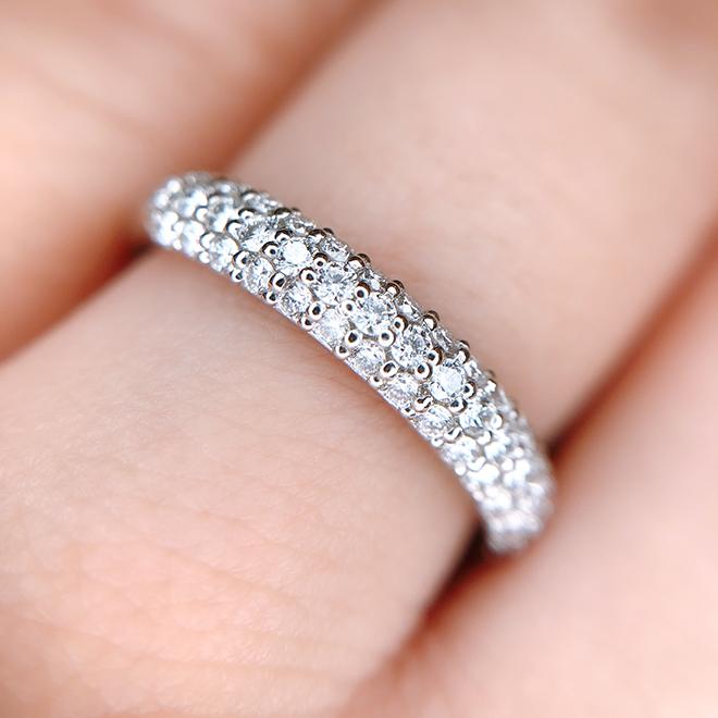 ダイヤモンドが石畳のように規則正しく並んで留められ、細やかな光を反射するからキラキラ感が凄いです