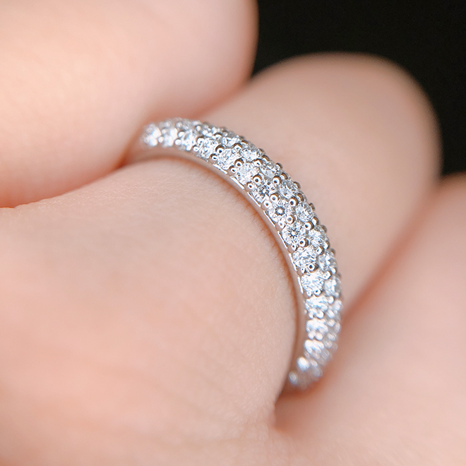 全方向から輝くダイヤモンドが指の動きに合わせてキラキラと輝きます。