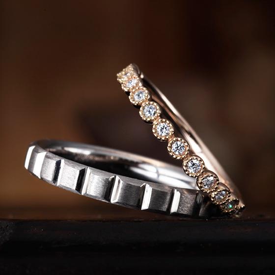 ミル打ちで囲まれたダイヤモンドがキュートな印象を作り出すマリッジリング。men'sはシャープな切込みを施し、力強い印象に。