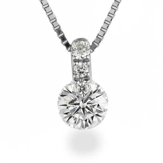 ダイヤモンドの留め金部分に、贅沢にあしらったダイヤモンドがとても華やかな印象のダイヤモンドネックレス。