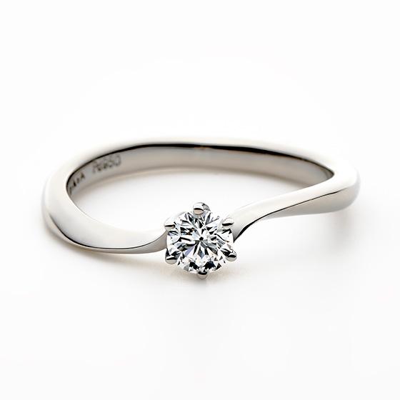 指に馴染みやすいカーブライン。きらりと光る一番星をイメージし、ダイヤモンドの輝きを一層引き立たせるデザインです。