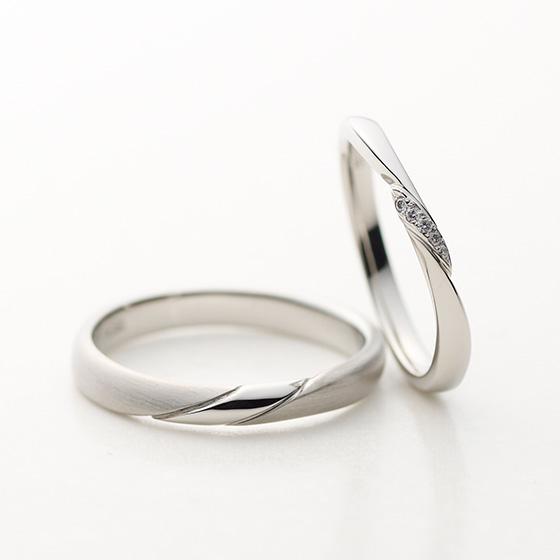 中央を細身に仕上げたカーブラインのデザインで、立体的にセッティングされたダイヤモンドは手元を上品に見せてくれる効果があります。