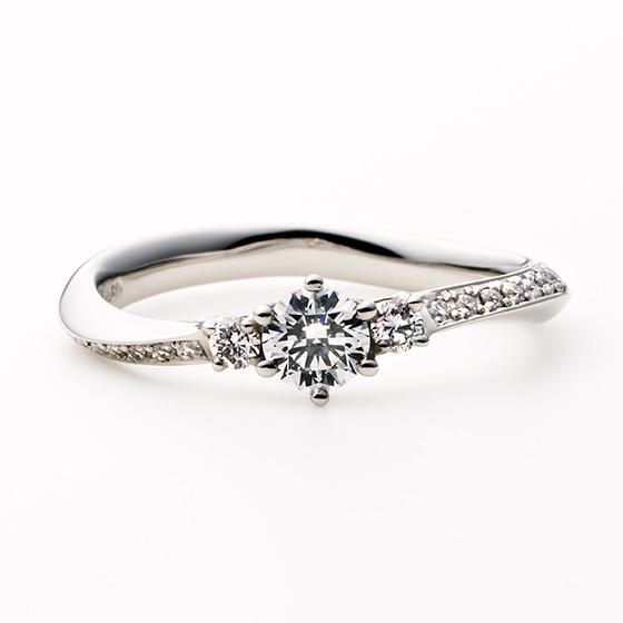 流れるようなダイヤモンドのラインが指をきれいにみせてくれるエンゲージリング。サイドメレの大きさが変わることでアクセントとなり、豪華な印象の中に女性らしいかわいらしさをプラス。