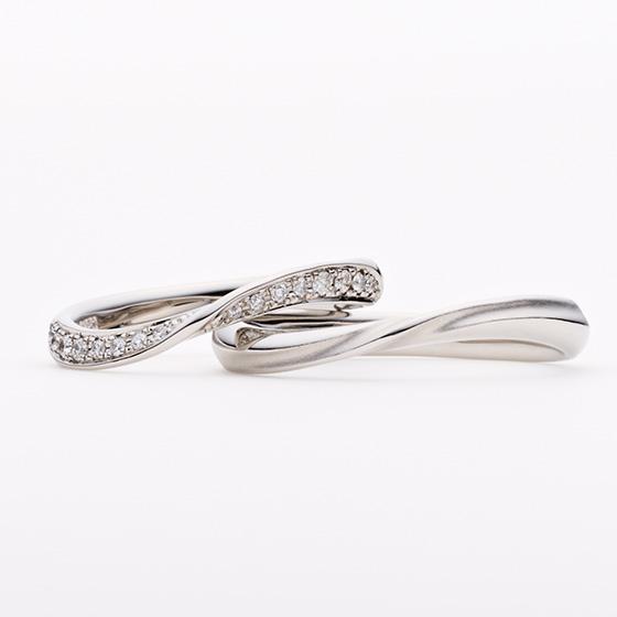 ダイヤモンドのグラデーションが揺れ動く波をイメージ。指に馴染むボリューム感は男女ともに人気のあるデザインです。