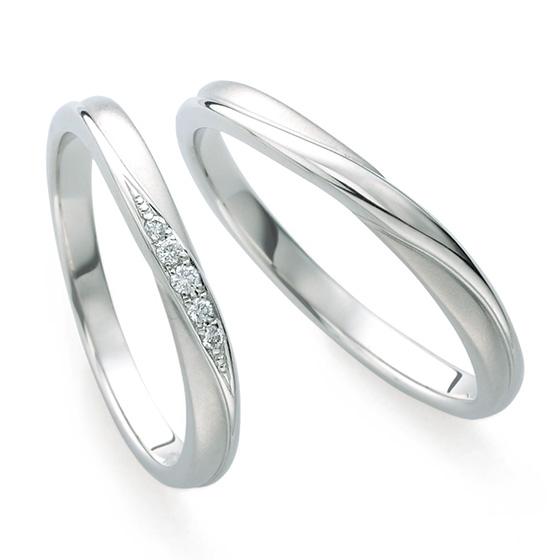 共にマット加工(つや消し)を施したリング。ダイヤモンドやプラチナの輝きが際立つ洗練されたデザイン。