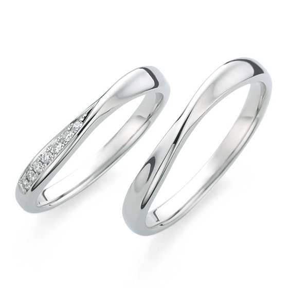センターでひねったデザインは指を長く美しく見せる効果も。片側に入ったダイヤモンドが印象的。
