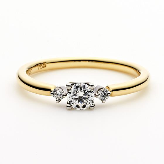 >2色使いの色味がオシャレ。メレとダイヤモンドの爪の形を変えたありそうでない、シンプルなエンゲージリング。