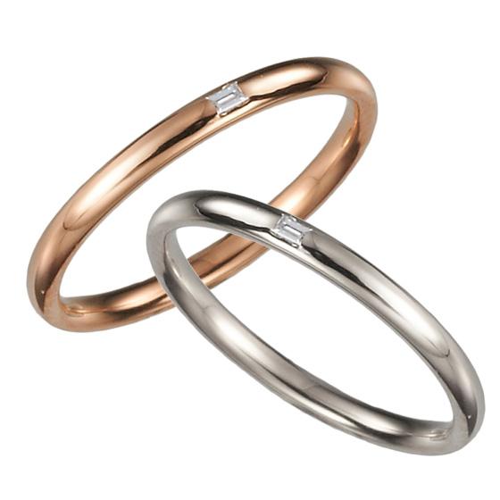 細身に仕上げたストレートタイプの結婚指輪。お揃いに施したバケットダイヤモンドは、さりげなくきらりと輝く…。