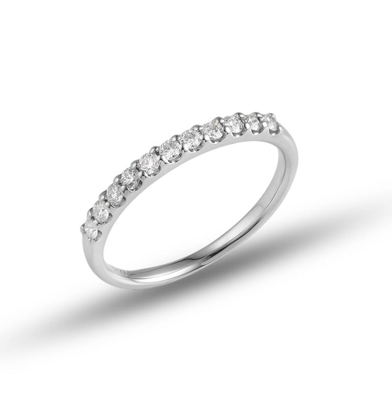 ダイヤモンドの輝きにマッチするプラチナ。金属の中でも一際白い素材で、その輝きは女性の憧れ!
