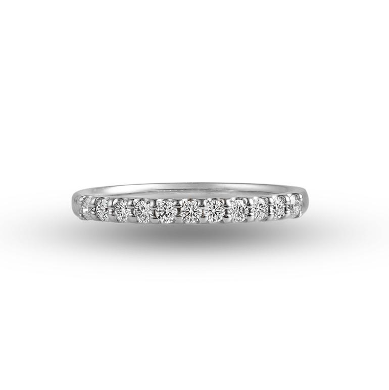 細身のリングにダイヤモンドが敷き詰められ、艶めく輝きを永久的に楽しめるエタニティリングです。