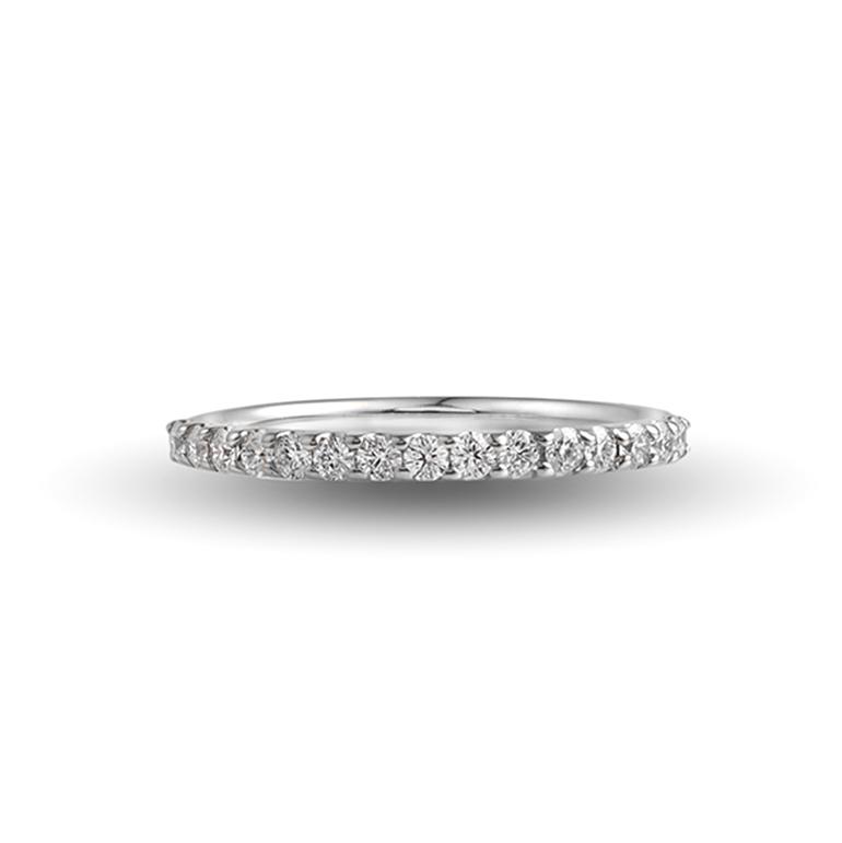 爪留めタイプのプハーフエタニティリング。PT(プラチナ)のエタニティは婚約指輪(エンゲージリング)としても人気があります。
