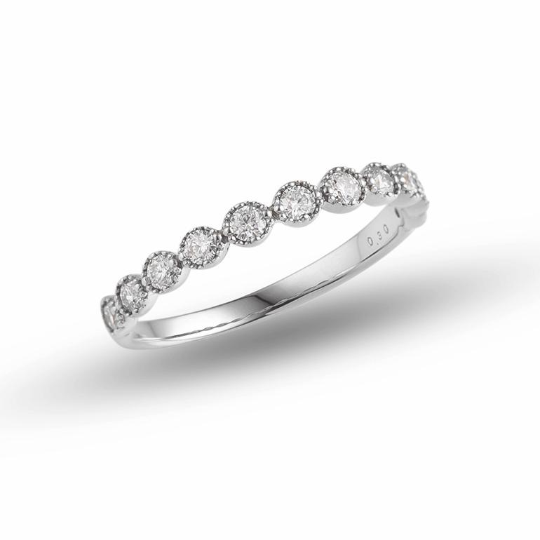 ミル打ちとダイヤモンドを贅沢に感じられるこのデザインは他では珍しいエタニティリングです。婚約指輪(エンゲージリング)、結婚指輪(マリッジリング)との重ね着けにも相性抜群です。