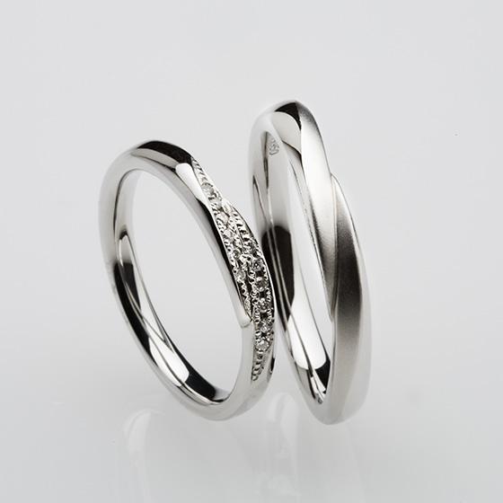 ふたりの手と手を取り合ったかのような、2つのラインが重なり合った優しいイメージの結婚指輪。