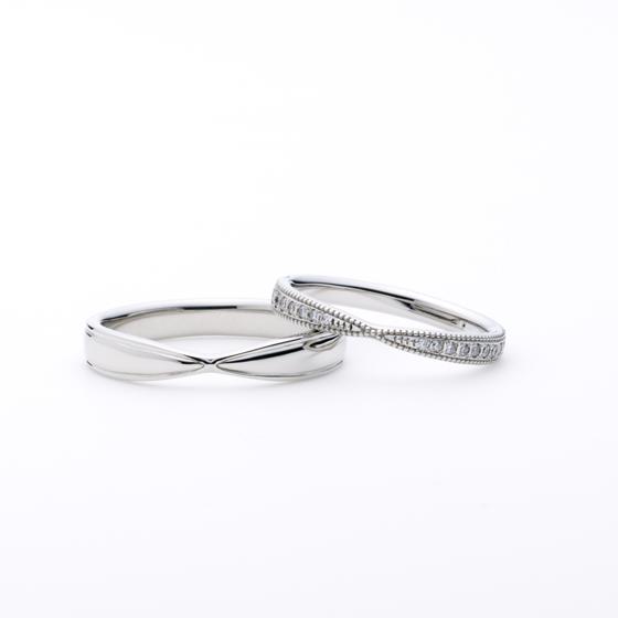>中央で絞りを作ったお指がきれいに見える結婚指輪。お揃いのデザインでも、men'sはボリューム感を出し男性らしく、女性は線繊細なデザインに仕上げました。