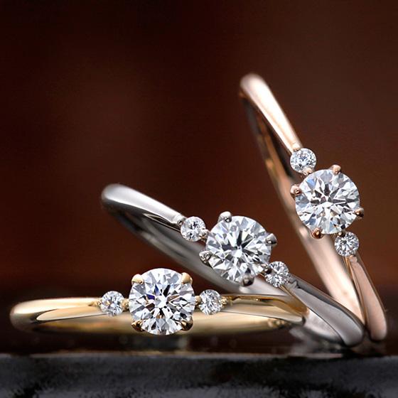 細身のエンゲージリングの両サイドにダイヤモンドをセッティングされた可憐なデザイン。