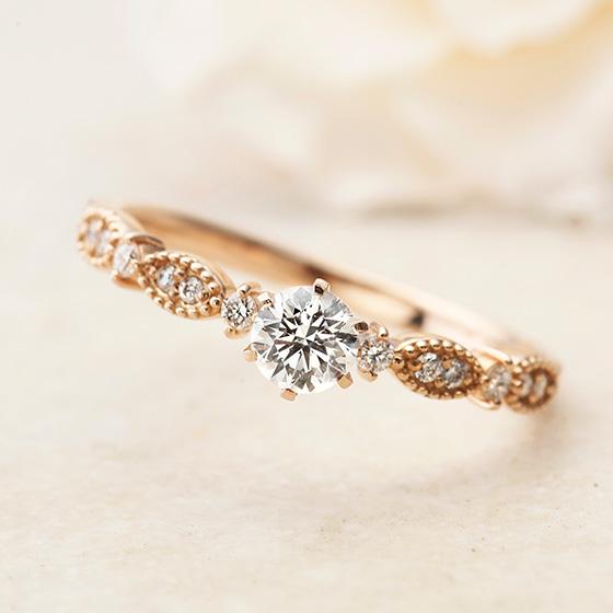 小さなメレダイヤモンドが上品にセッティングされたエンゲージリング。